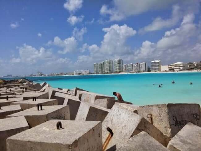 Estructura de la playa Chac Mool en Cancún